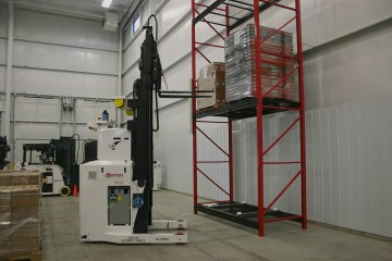 1200px-Forklift_AGV_with_Straddle,_courtesy_of_Egemin_Automation_Inc.